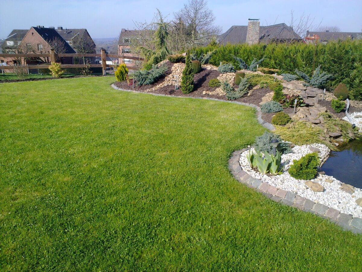 Gartenanlage mit Rasen und Bepflanzung