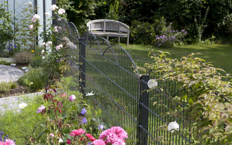 Gartenansicht mit Schmuckzaun und Blumen