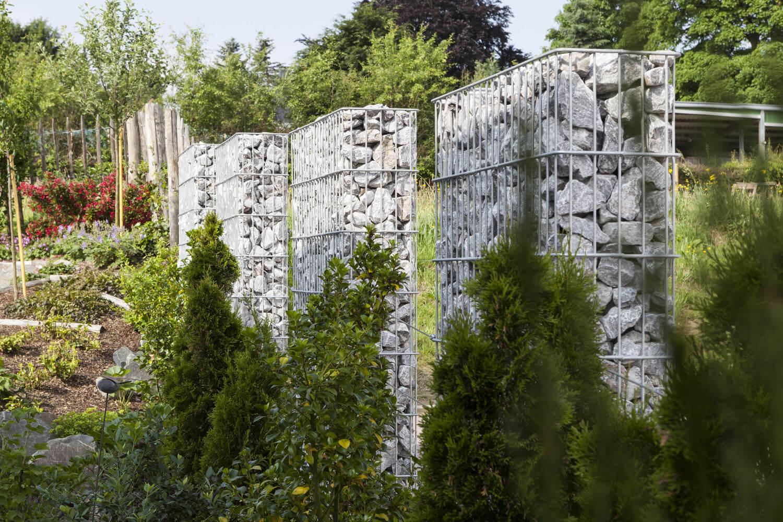 Stabgitterzaun mit Gabionenkästen und Bepflanzung