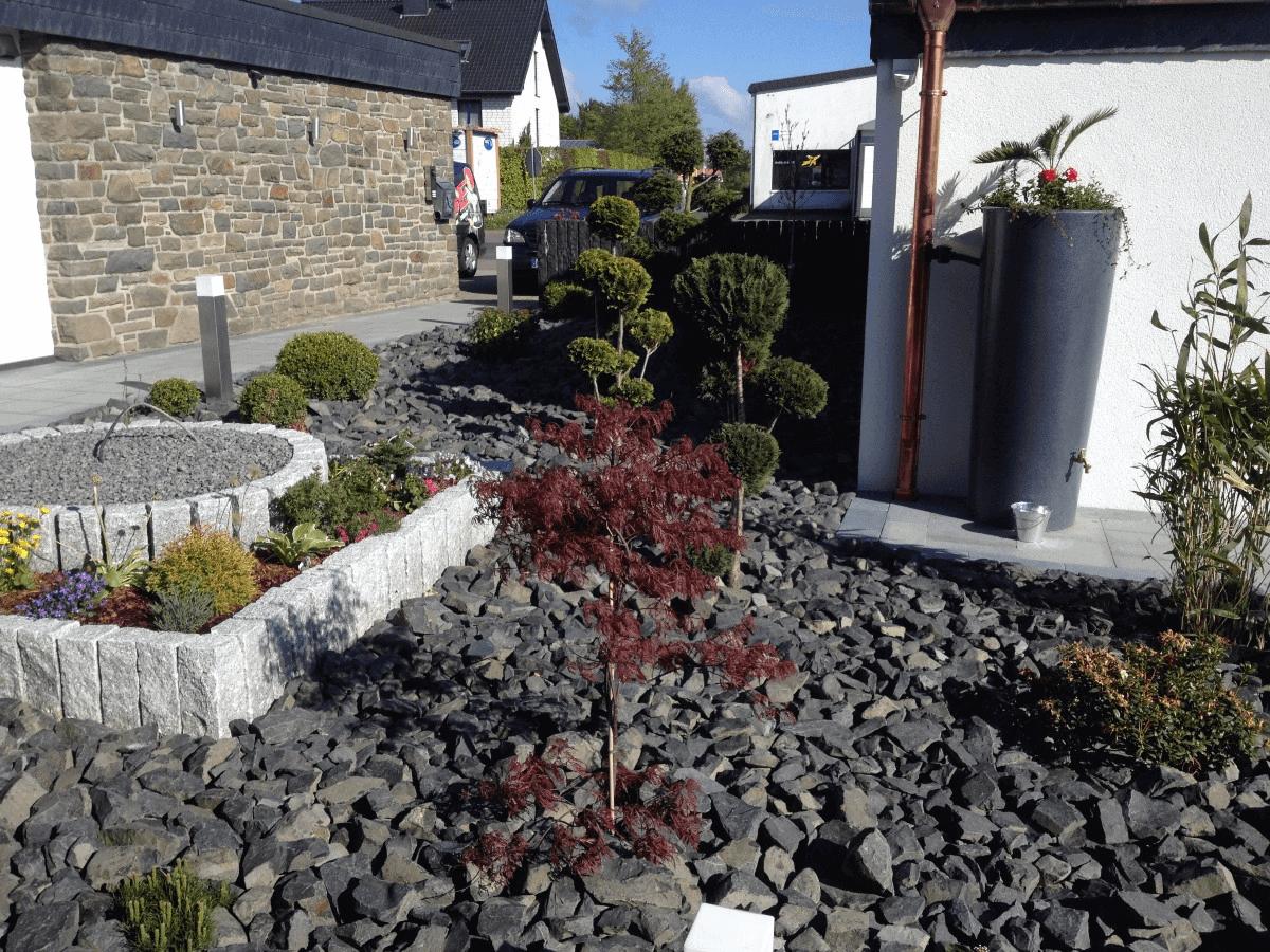 Steinbeet mit Bepflanzung