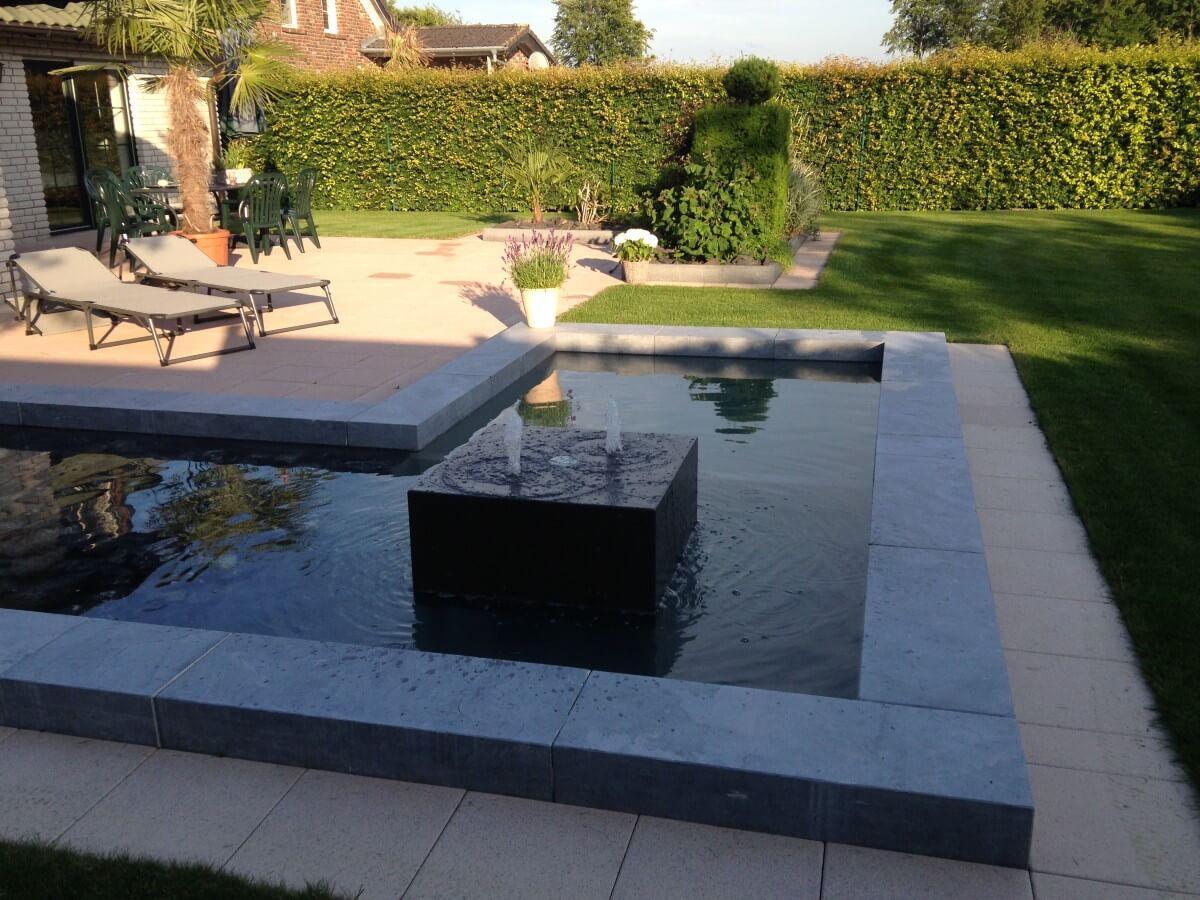 Gartenanlage mit Wasserbecken und Springbrunnen