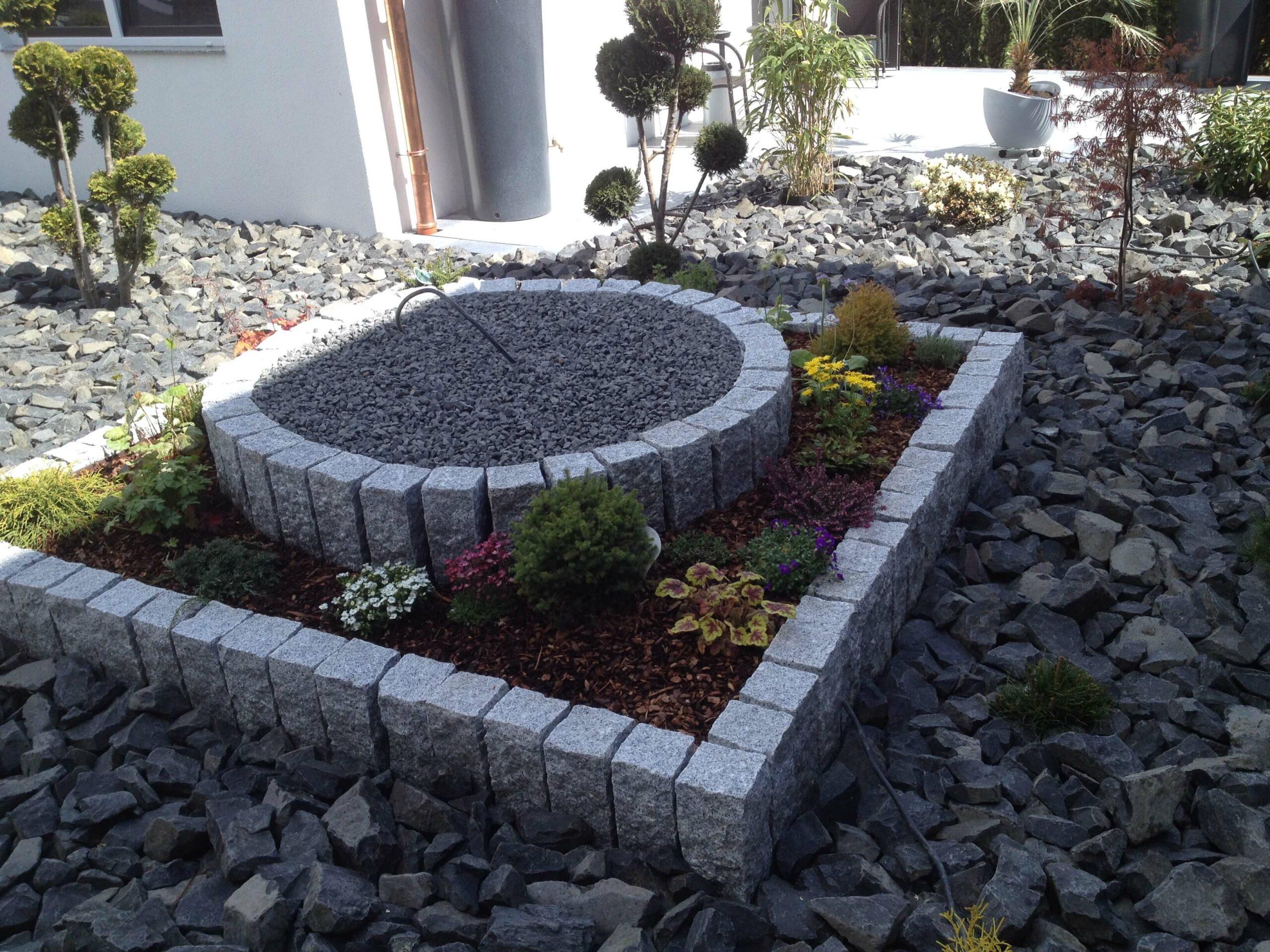 pflegeleichtes Steinbeet mit Hochbeet und Bepflanzung